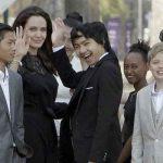 انجلینا جولی با فرزندانش راهی کامبوج شد + عکس